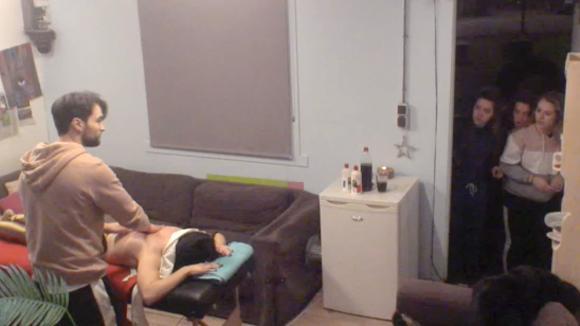 Romy ontdekt Cemal zijn geheime massage en is woedend