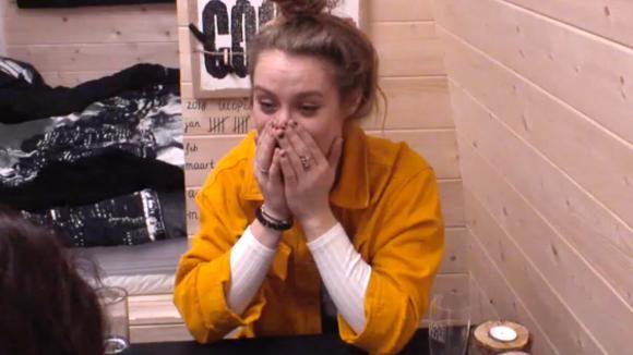 Romy reageert verbaasd als Beau vertelt dat ze gezoend heeft met Johan