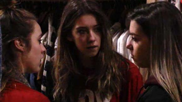 Romy vertelt Demi en Fay waarom er een concurrentiestrijd is tussen Billy en haar
