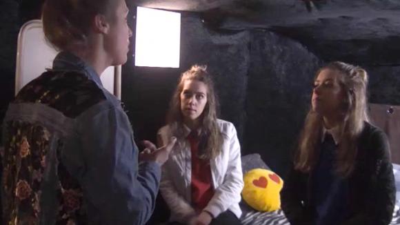 Demi vindt dat Billy loopt te stoken tussen haar en Romy