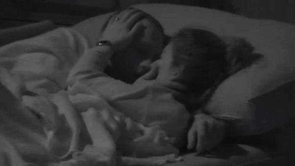 Senna en Demi kunnen niet van elkaar afblijven en zoenen elkaar