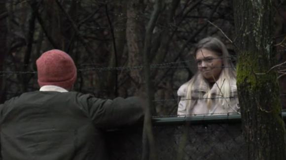 De (ex) vriendin van Senna komt langs bij het hek