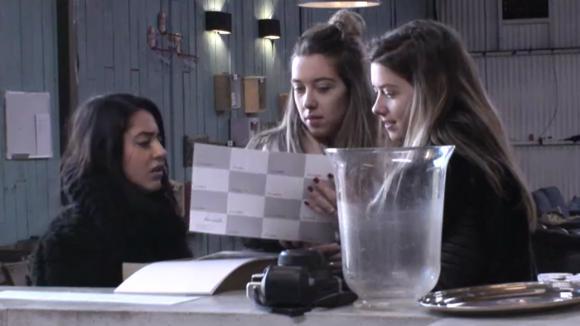 Demi spreekt Billy aan op het afraffelen van fotokaarten