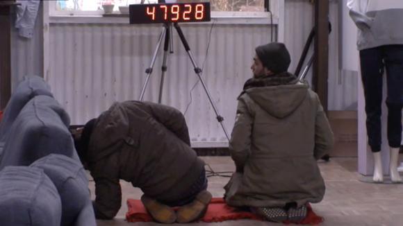 Een aantal bewoners onderzoeken de mysterieuze klok