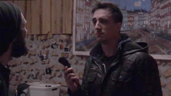 Emil probeert René te overtuigen zijn baard voor de liefde af te scheren