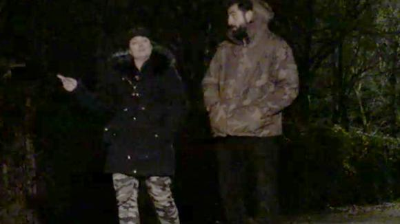 Ivan en Linda hebben een goed gesprek tijdens een avondwandeling