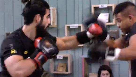 Ivan maakt zich klaar voor de bokswedstrijd met oud bewoner Ruud
