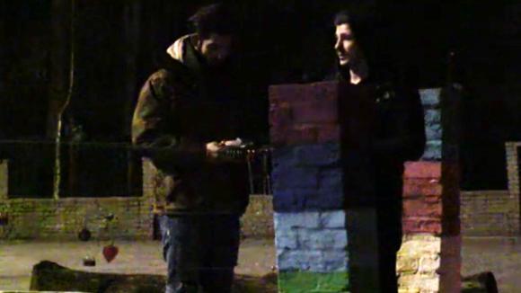 Johan en Ivan verzinnen de volgende grap die ze met hun mede bewoners gaan uithalen