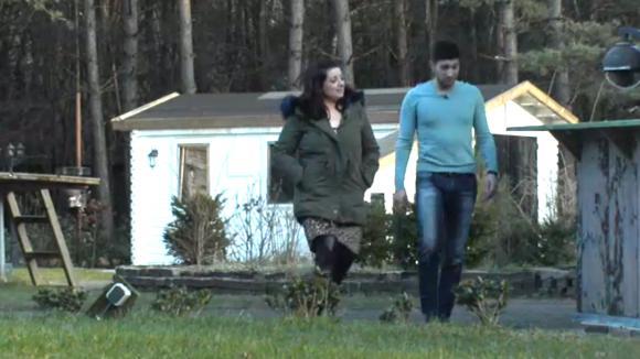 Linda en Mehmet confronteren René omdat hij zonder overleg een jas besteld zou hebben via de bv
