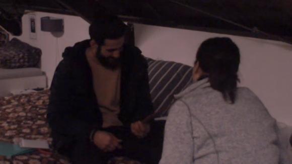 Linda geeft een Valentijnskaart aan Ivan