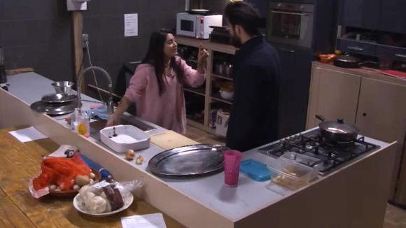 Madilia en Ivan hebben onenigheid over de keukendienst