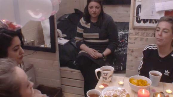 Madilia en Romy organiseren een high tea voor alle vrijgezelle vrouwen in Utopia