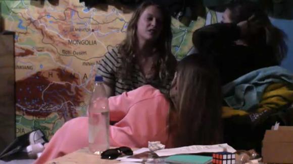 De tweeling waarschuwt Romy dat ze niet te naïef moet zijn