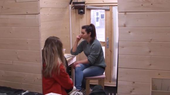 Demi en Beau bespreken hoe ze hun mede bewoners kunnen motiveren voor de Miss. & Mr. Utopia verkiezing