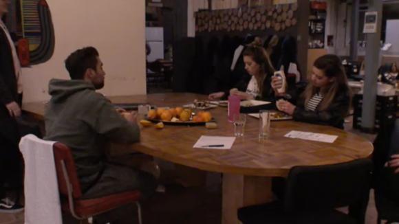Demi en Fay vinden het belachelijk dat Madilia en Linda hun tapas gasten niet begroeten