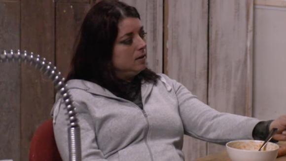 Linda vindt Bas te lui voor woorden en vindt het niet kunnen dat hij ermee weg komt