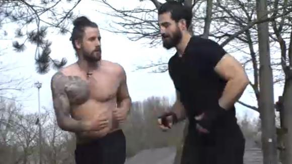 Ruud en Ivan doen een fittest om te kijken of ze fit genoeg zijn voor de bokswedstrijd